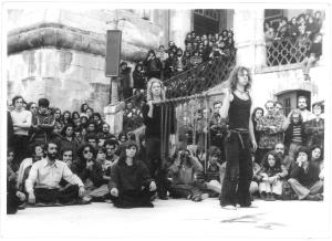 """""""Sete Meditações sobre o Sado-masoquismo Político"""" por  Living Theatre a 2 de Abril de 1977 no Pátio da Universidade de Coimbra  © silvestre pestana"""